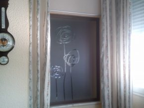 Cristal mate con estría plana para ventana interior. Diseño que preserva la intimidad.