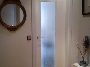 Puerta con cristal mate y estría brillo según diseño del cliente.