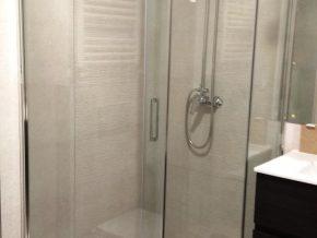 Mampara de ducha muy liviana y sin embargo resistente. Vidrios de 8mm. Tirantas de sujección. Puerta abatible en ambos sentidos.