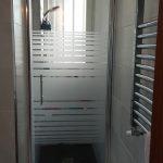 mampara de ducha abatible en ambas direcciones con vidrio decorado franjas.