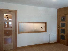 cristales decorativos para salon, conjunto de dos puertas y pasaplatos con vidrios fundidos sobre fondo mate y resina transparente