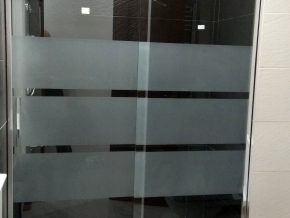 Mampara de ducha corredera de una hoja + fijo. Vidrio decorado.