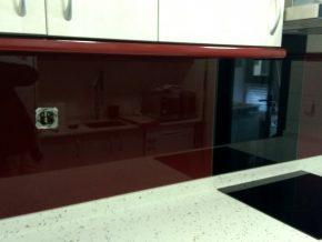 Cambia el aspecto de las paredes de tu cocina sin obras. Cristales lacados de fácil limpieza.